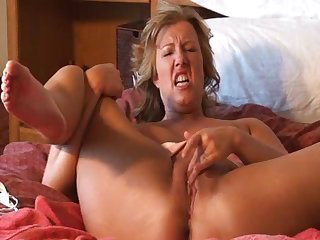 Horny matured lady Zoey Andrews solo